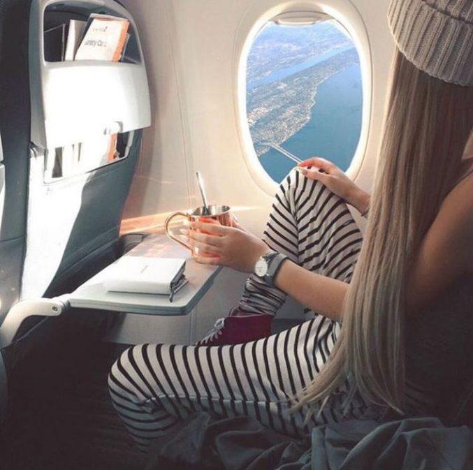 парень и девушка в самолете использовала почти