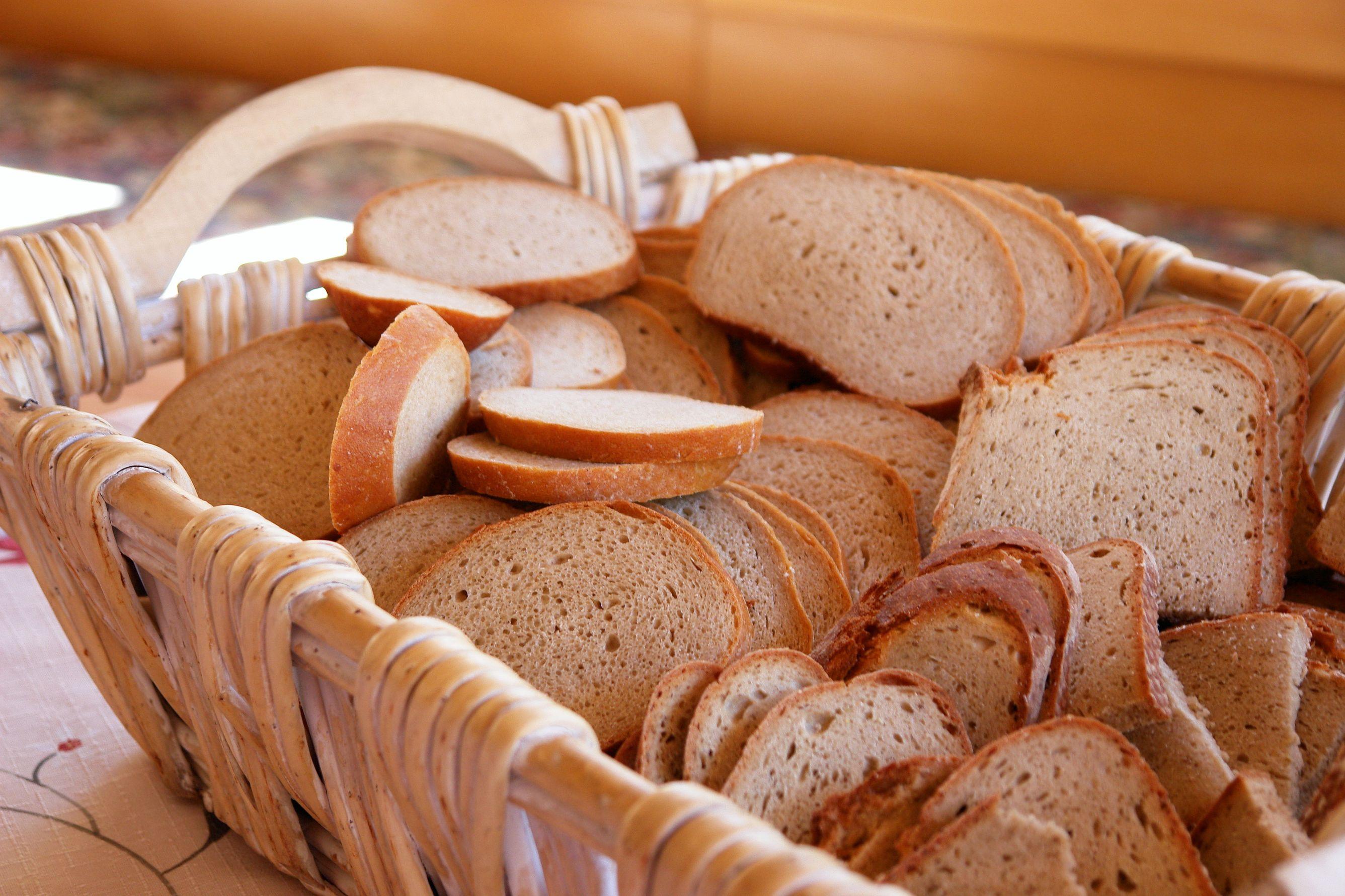 хлебный стол фото двое мужчин