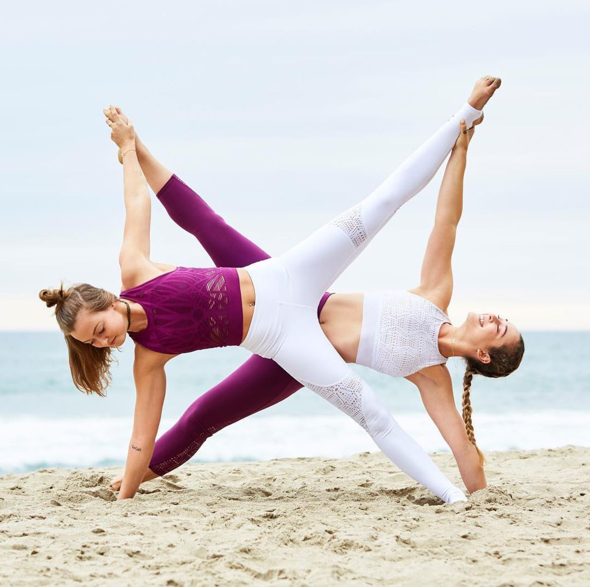 картинки про йогу для двоих