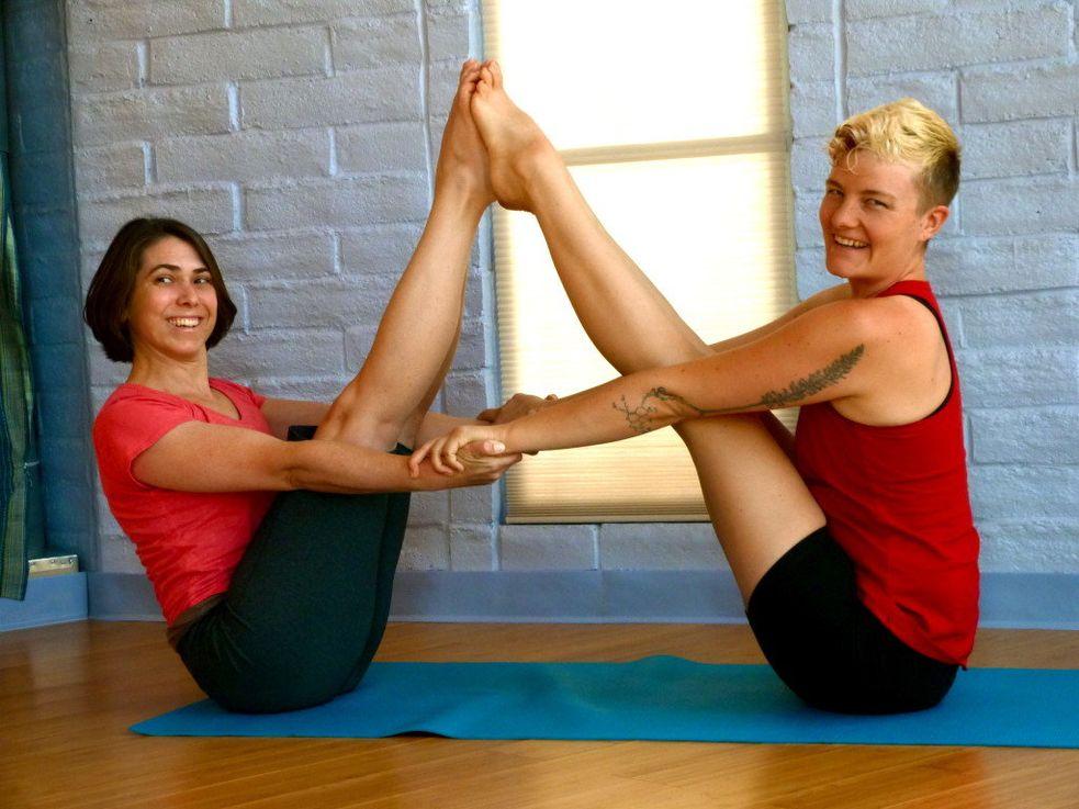 Картинки йога для двоих человек