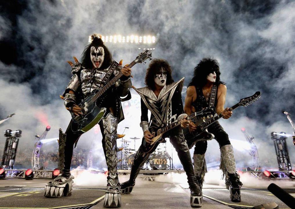 На этой картинке рок груп